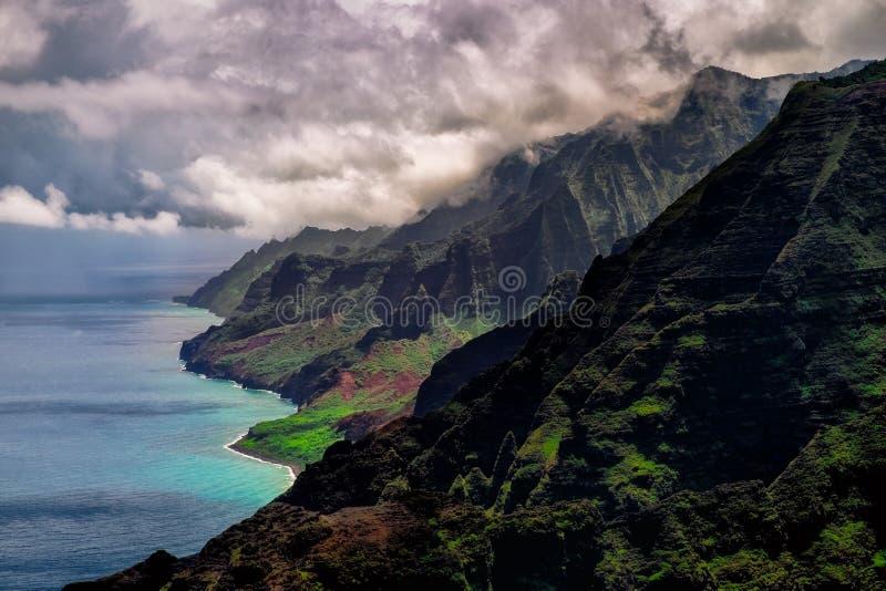 Drastische Landschaftsansicht von Küstenlinie Na Pali, Kauai, Hawaii stockfotos