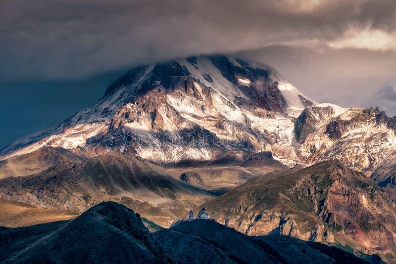 Drastische Landschaftsansicht von Kirche Mt Kazbeg und Tsminda Sameba, Kaukasus, Land von Georgia stockbilder
