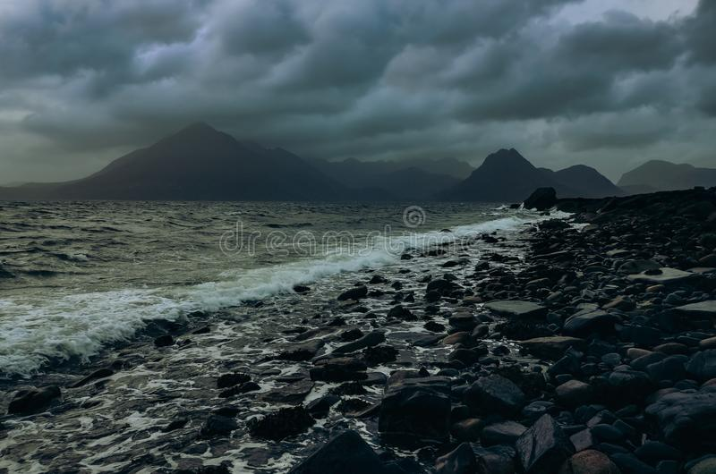 Drastische Landschaftsküstenlinienansicht von Felsen und von Cullin-Hügeln, Schottland stockfotos
