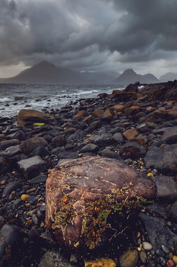 Drastische Landschaftsküstenlinienansicht von Felsen und von Cullin-Hügeln, Schottland lizenzfreie stockfotos