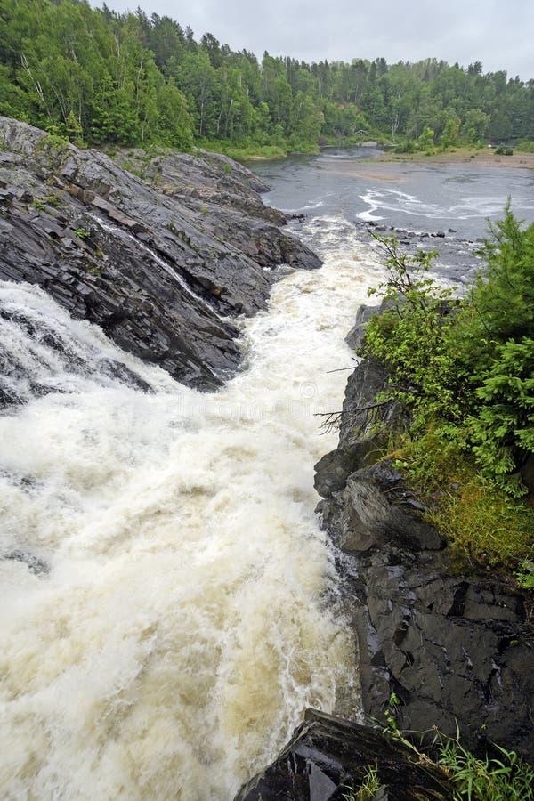 Drastische natürliche Rutsche in einem wilden Fluss stockbild