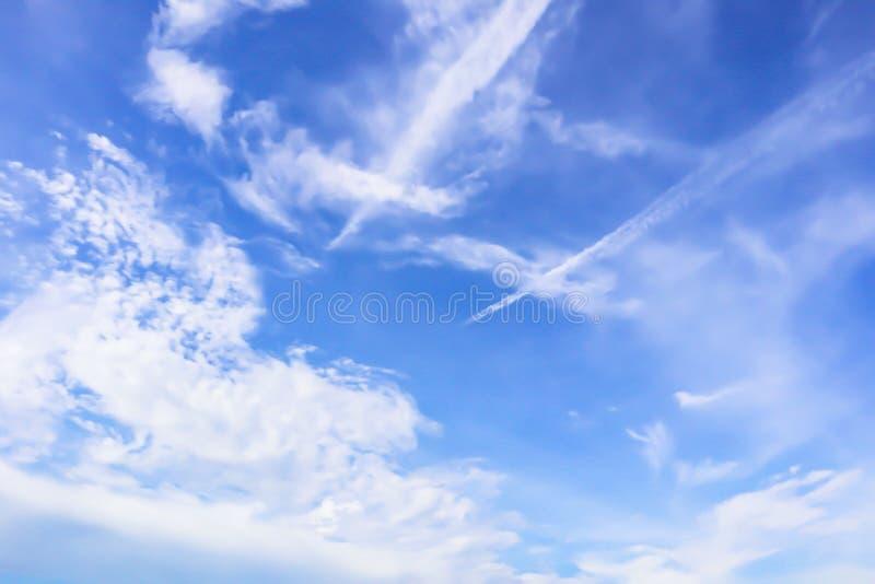 Drastische Panoramaansicht von schönen weichen weißen Wolken und von blauem Himmel des Sommermorgens stockfotografie
