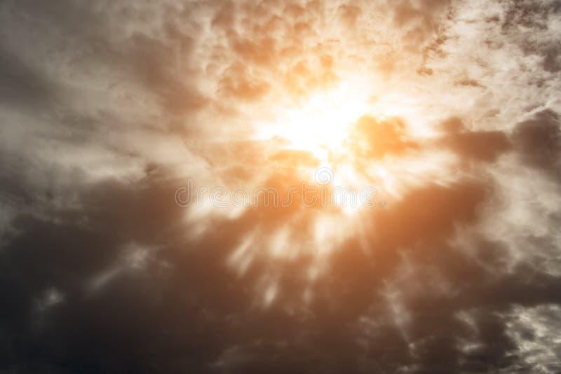 drastische Sonnenstrahlen lizenzfreie stockfotografie