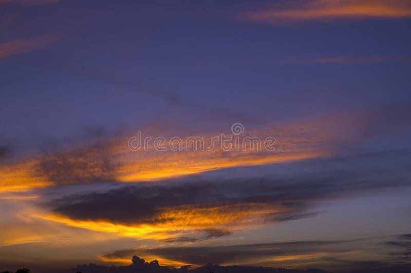 Drastische Sonnenuntergangwolken stockfotografie