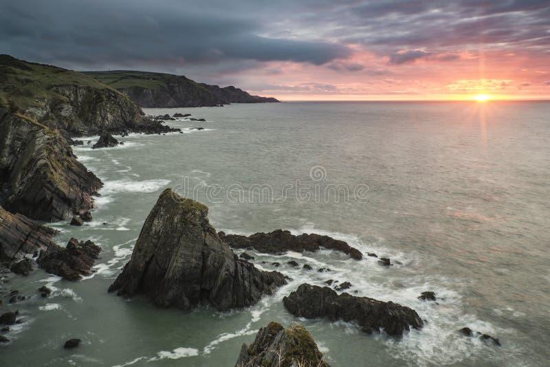 Drastische stürmische Sonnenaufganglandschaft über Stier-Punkt in Devon Engla lizenzfreie stockfotos