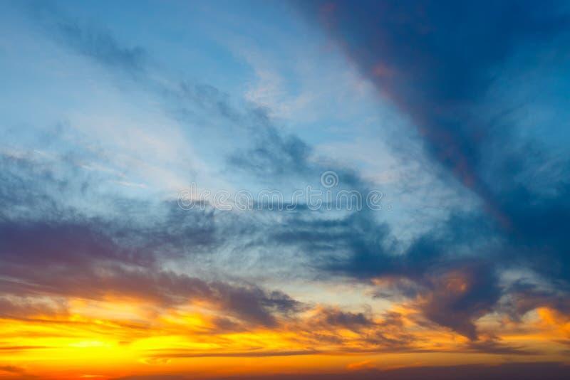 Drastische vibrierende bunte Wolken lizenzfreie stockbilder