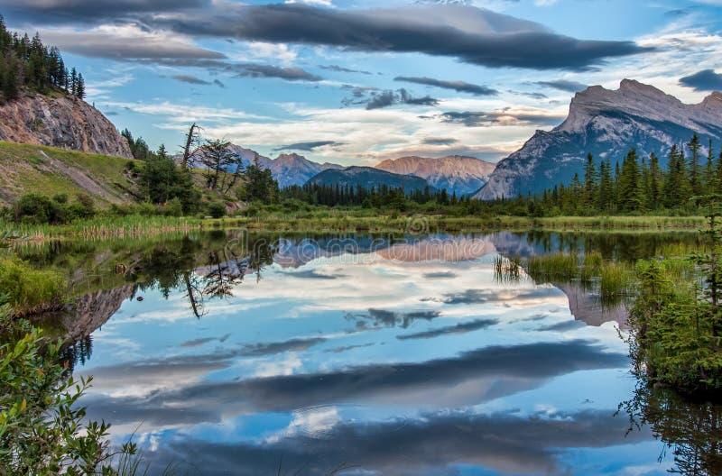 Drastische Wolken-Reflexion im Vermilion See lizenzfreie stockbilder