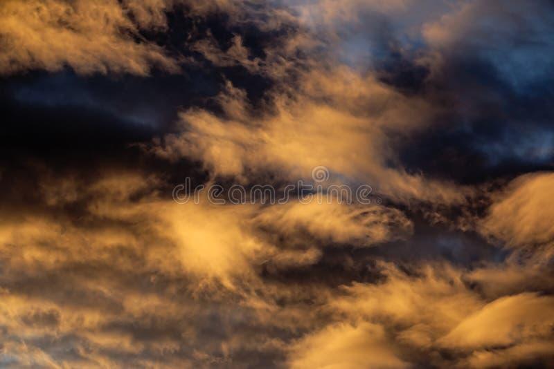 Drastischer aber schöner Sonnenuntergang stockbilder