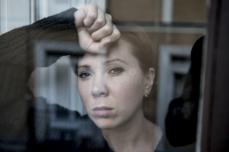 Drastischer Abschluss herauf das Porträt der jungen Schönheit trauriges leidendes Fenster der Krise zu Hause denkend und glaubend lizenzfreies stockbild
