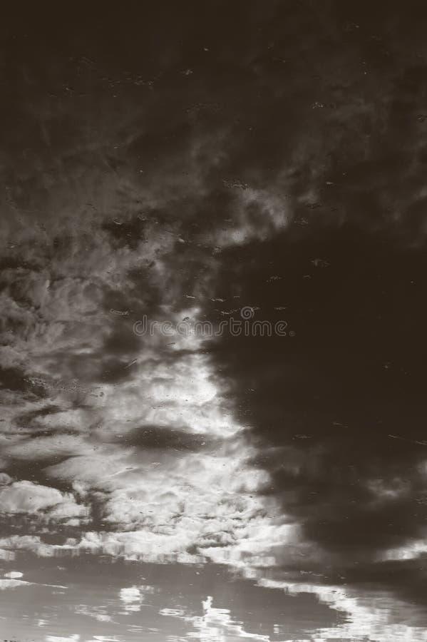 Drastischer abstrakter Hintergrund - Tropfen und Schmutz über dem bewölkten Himmel stockbilder
