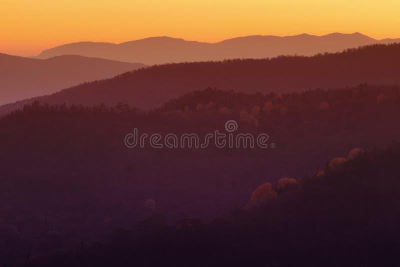 Drastischer Bergblick auf Sonnenuntergangzeit stockfotografie