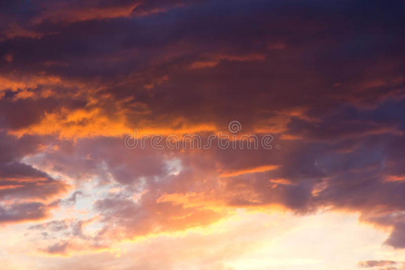 Drastischer bewölkter Himmel bei Sonnenuntergang lizenzfreies stockfoto
