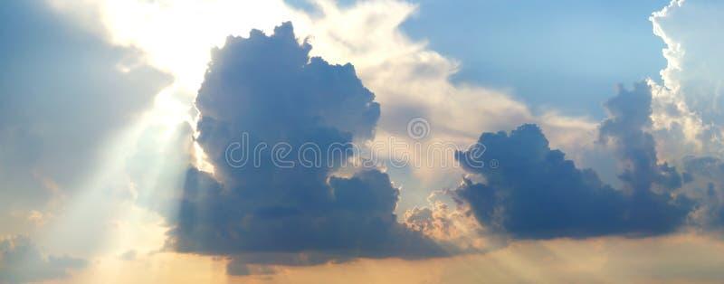 Drastischer bewölkter Sommerhimmel lizenzfreies stockfoto