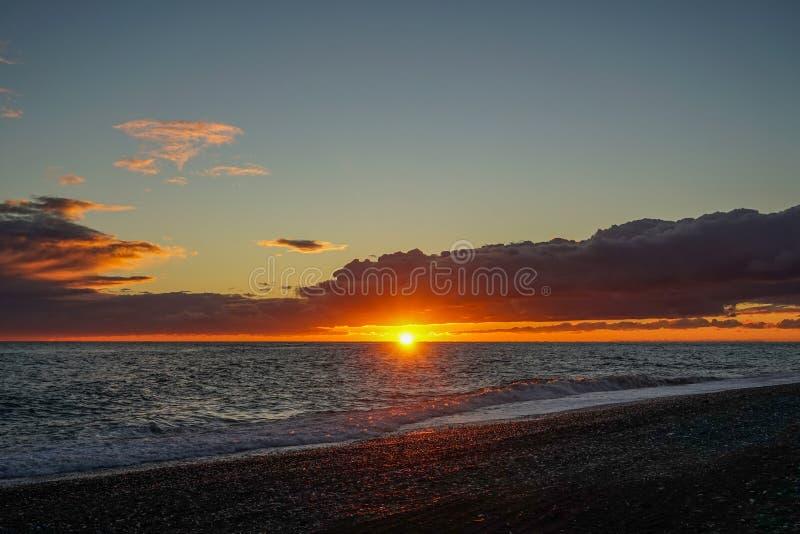 Drastischer brennender Sonnenuntergang über der Seelandschaft stockbilder