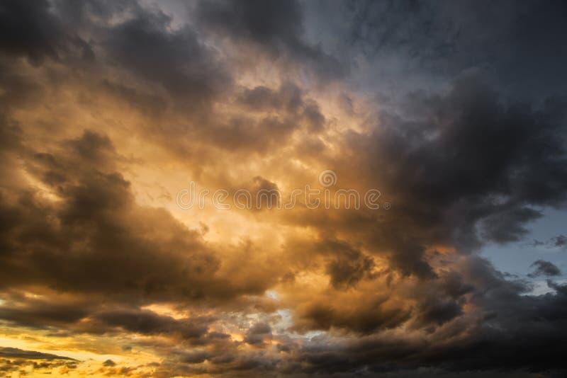 Drastischer dunkler bewölkter stürmischer Himmel am Abend lizenzfreie stockfotos