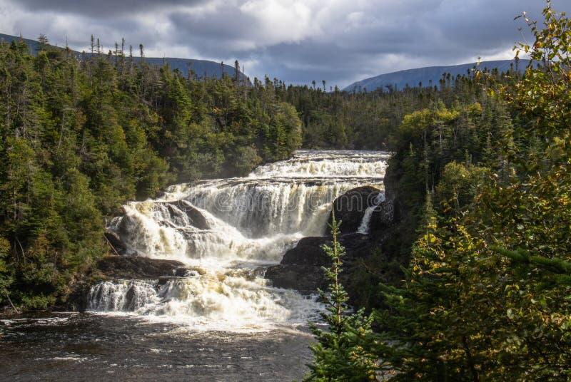 Drastischer Himmel über Bäcker Brook Falls Newfoundland stockbild