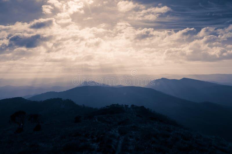 Drastischer Himmel über Berg stockfotografie