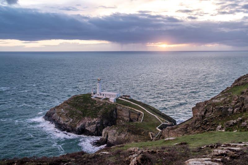 Drastischer Himmel über dem historischen Süd- Stapel-Leuchtturm - Insel von Anglesey Nord-Wales Großbritannien stockfotos