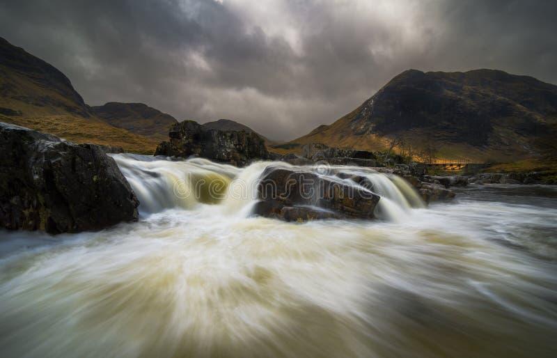 Drastischer Himmel über Fluss Etive in Schottland stockbild