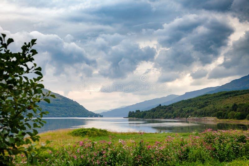 Drastischer Himmel über Loch langes Argyll und hochgebogener Hinterkante Schottland Großbritannien stockfotos