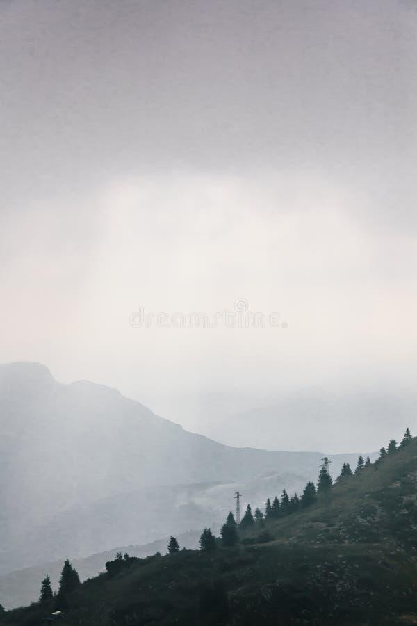 Drastischer Himmel über Monte Baldo stockfotografie