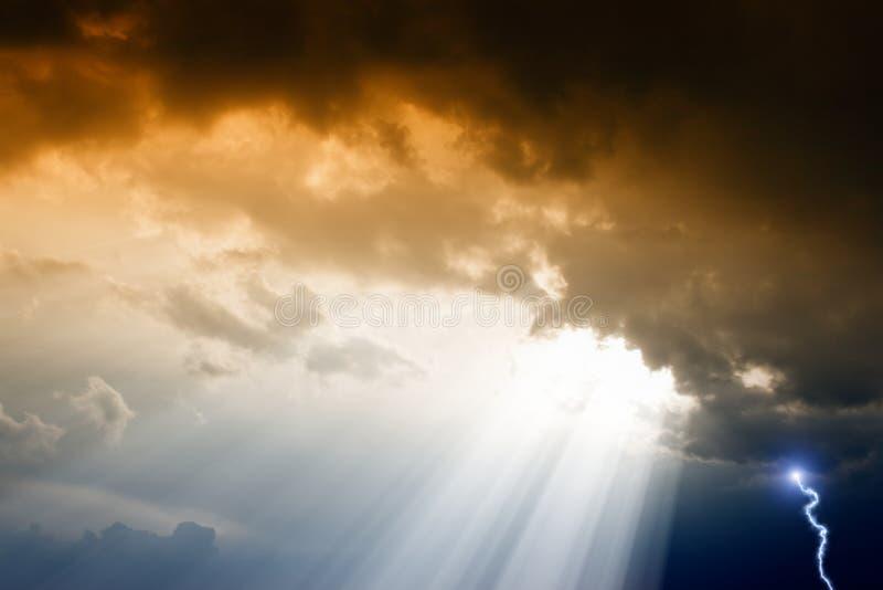 Drastischer Himmel stock abbildung