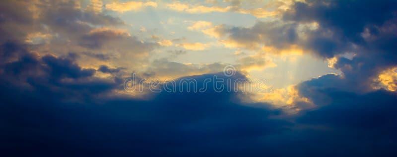 Drastischer Himmel lizenzfreie stockfotos