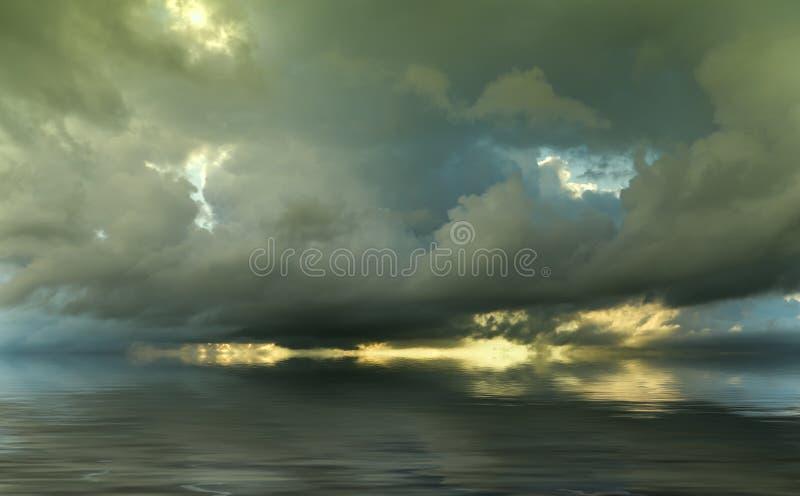 Drastischer Himmel bei dem Sonnenuntergang stockbild