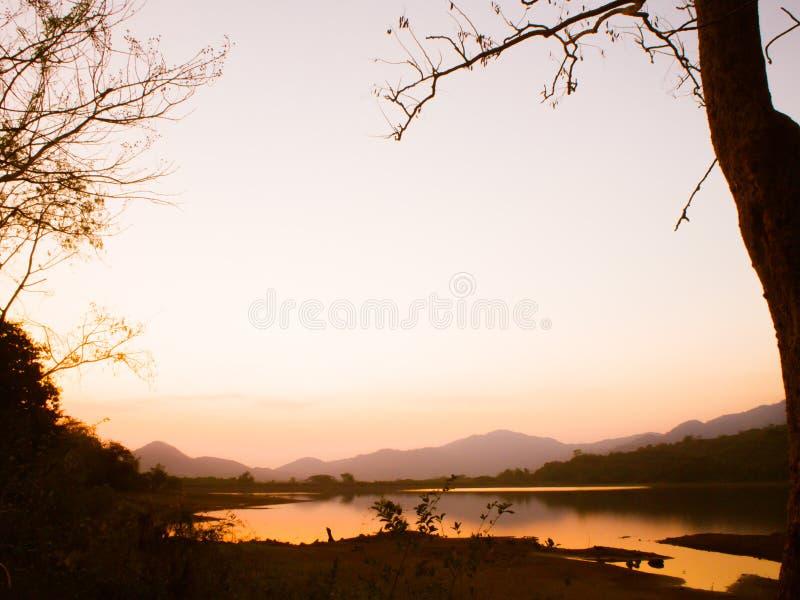Drastischer Himmel des atemberaubenden Landschaft-Thailand-Landschaftssonnenuntergangs stockbild
