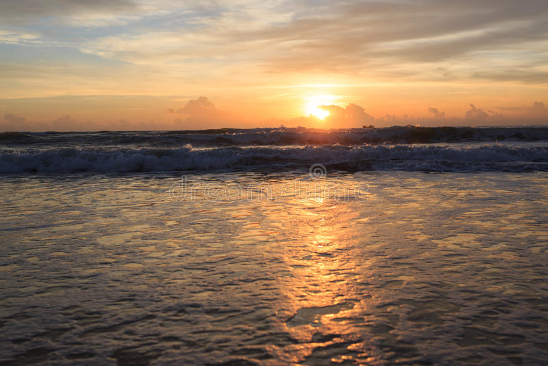 Drastischer Himmel des schönen Sonnenaufgangs mit bunter Wolke stockbilder