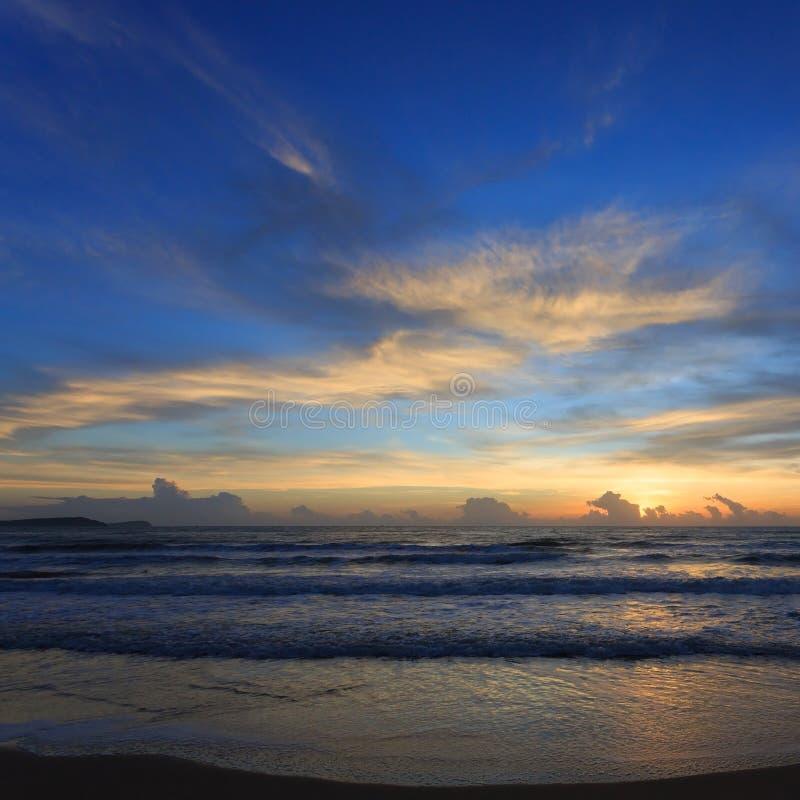 Drastischer Himmel des Sonnenuntergangs mit bunter Wolke auf dem Strand stockfoto