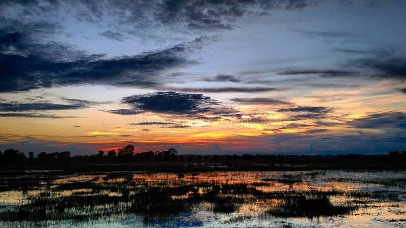 Drastischer Himmel an einem Abend lizenzfreies stockbild