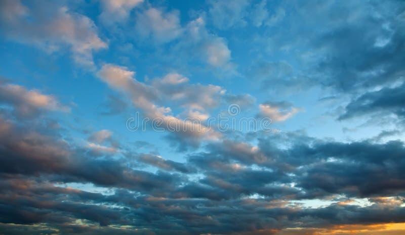 Drastischer Himmel am Sonnenuntergang lizenzfreies stockbild