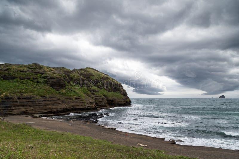 Drastischer Himmel und Küstenlinie auf Jeju-Insel stockfotografie