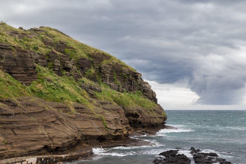 Drastischer Himmel und Küstenlinie auf Jeju-Insel lizenzfreies stockfoto
