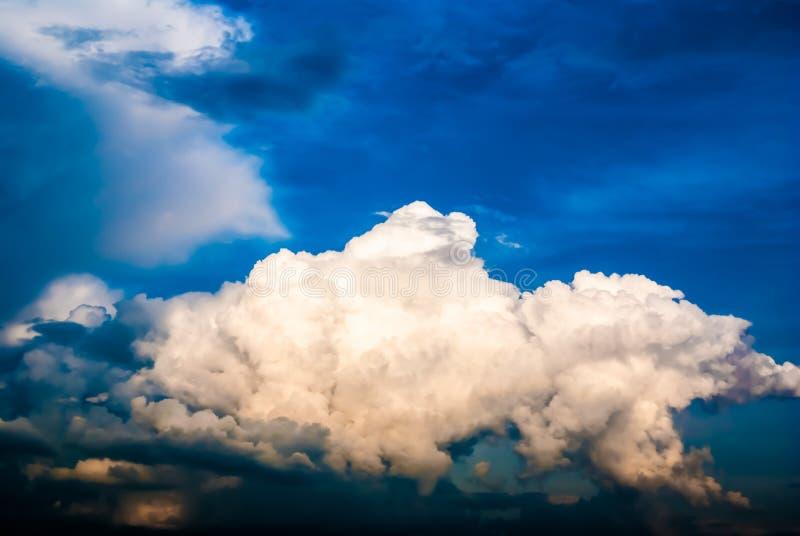 Drastischer Himmel und Wolken bei Sonnenuntergang lizenzfreie stockfotografie