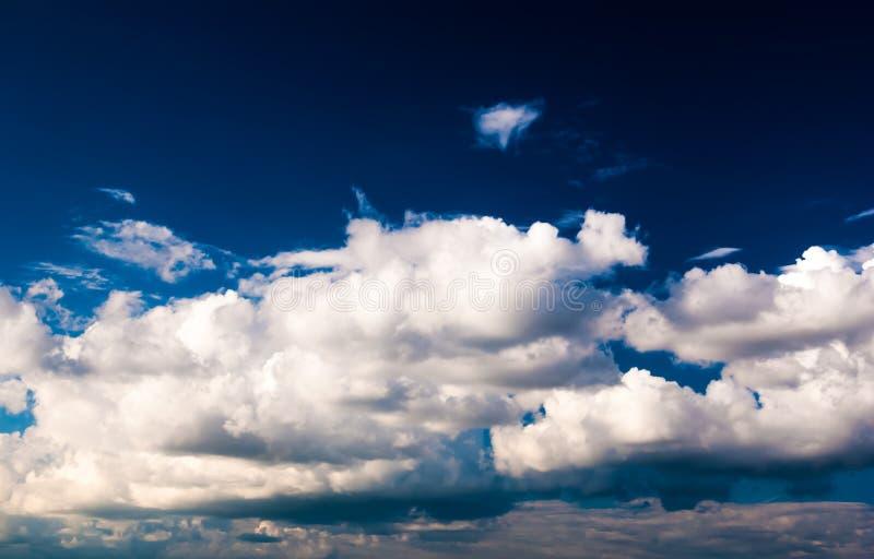 Drastischer Himmel und Wolken bei Sonnenuntergang stockfotos