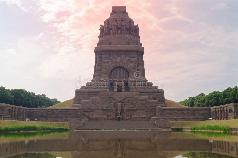 Drastischer roter Himmel über Monument zum Kampf der Nationen DAS Völkerschlachtdenkmal, Leipzig, Deutschland stockfoto