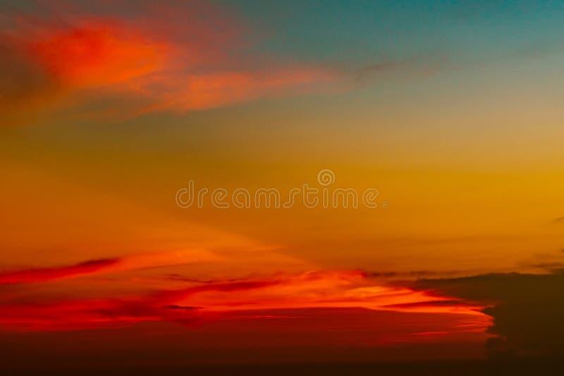 Drastischer roter und orange Himmel und abstrakter Hintergrund der Wolken Rot-orange Wolken auf Sonnenunterganghimmel Warmer Wett lizenzfreie stockfotos
