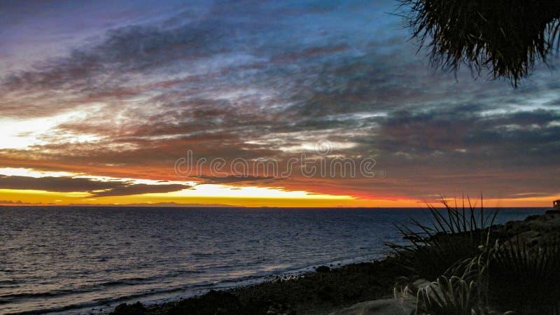Drastischer Sonnenuntergang über dem Meer von Cortez lizenzfreie stockfotos