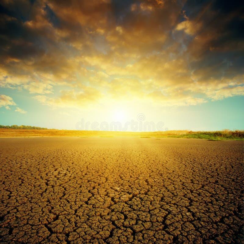 Drastischer Sonnenuntergang über Wüste lizenzfreies stockfoto
