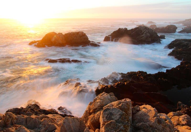 Drastischer Sonnenuntergang auf Big- Surküste, Garapata-Nationalpark, nahe Monterey, Kalifornien, USA lizenzfreies stockfoto