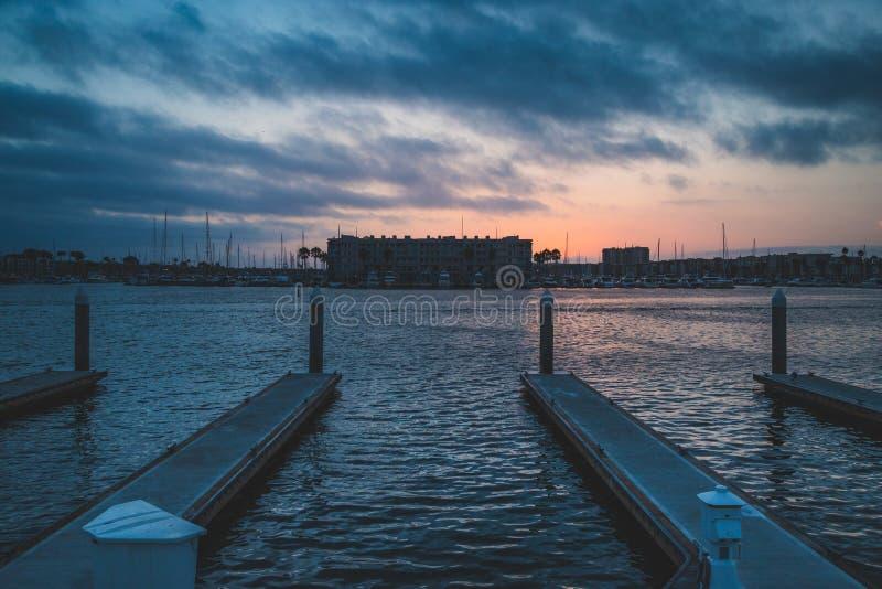 Drastischer Sonnenuntergang bei Marina del Rey lizenzfreie stockfotos