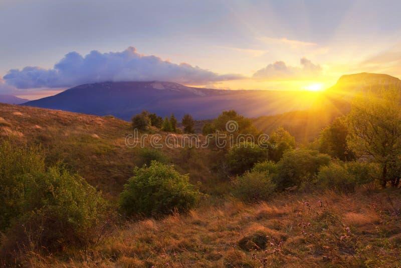 Drastischer Sonnenuntergang in Berge stockfotos