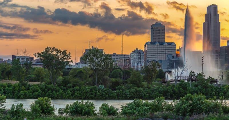 Drastischer Sonnenuntergang mit schönen Skylinen über im Stadtzentrum gelegenem Omaha Nebraska lizenzfreies stockbild