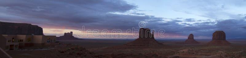 Drastischer Sonnenuntergang am Monument-Tal lizenzfreies stockfoto