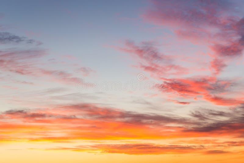 Drastischer Sonnenunterganghimmel stockbild