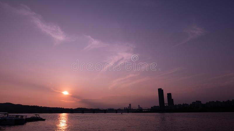Drastischer violetter Sonnenuntergang vom Fluss Han, Seoul lizenzfreies stockfoto