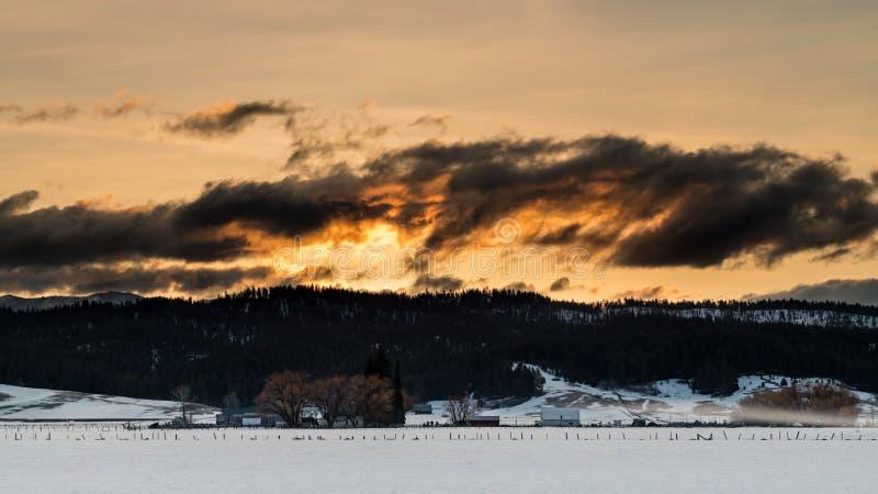 Drastischer Wintersonnenaufgang über einem Idaho-Bauernhof stockfotos