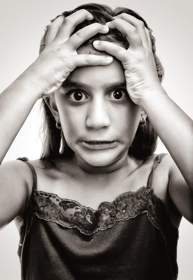 Drastisches Bild eines lateinischen Mädchens mit einem verärgerten Gesicht stockbilder